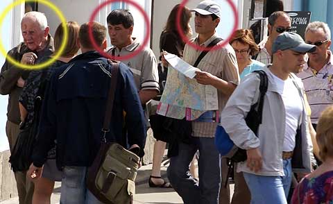 Oblivious victim (yellow) and the pickpocket pair (red), with map-prop open, ready to make their hit.