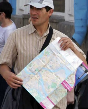 How to spot a thief: Pickpocket with his map-prop. How to spot a pickpocket.