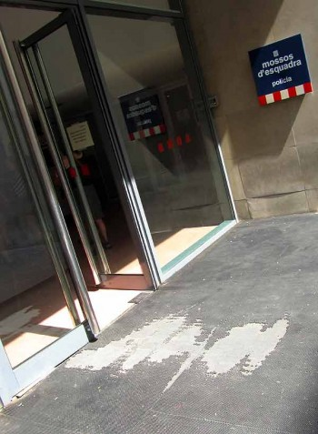 smartphone theft and police: Barcelona police station entrance, where the welcome mat is literally worn out.