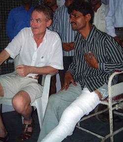 Bob Arno with a pickpocket in Mumbai, 2001.