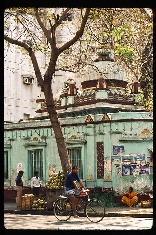 Reviewing my 1989 photos, I found the same heap of coconuts in front of the same temple on Colaba Causeway.