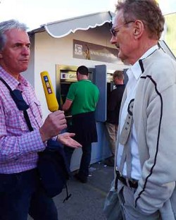 Bob Arno tells RTL reporter why pickpockets hang around ATMs. Man in green shirt is Bob's next victim.