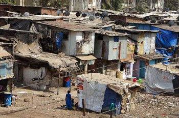 In a Mumbai slum: Dharavi from Mahim Junction overpass