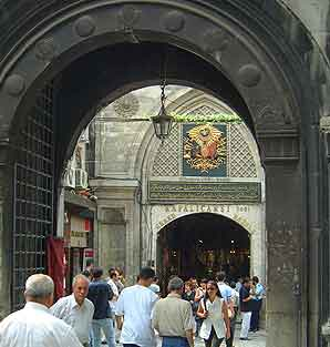 Istanbul pickpockets: Entrance to the Grand Bazaar, Istanbul, Turkey.