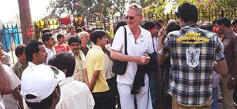 Huge crowds grew as Bob Arno stole from passers-by in Mumbai.