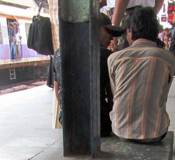 Two Mumbai pickpockets handcuffed together and roped to a cop.