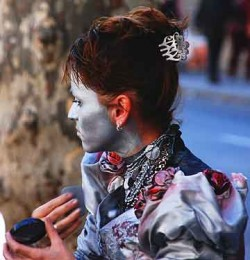 Ramblas\' living statues apply their make-up on-site.